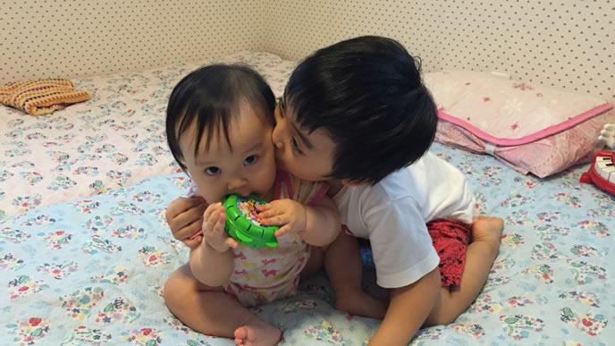 赤ちゃんと仲良く遊ぶ優しいお兄ちゃん