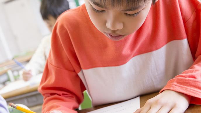 思春期早発症について勉強する男の子