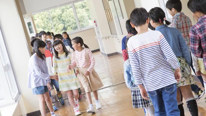 男児よりも成長が早い小学生の女児