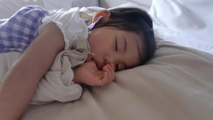 旅行先で疲れて眠る女の子