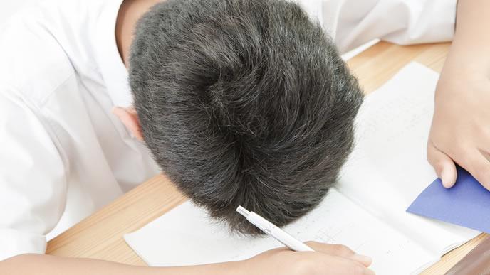 勉強が頭に入らず集中力が切れた中学生