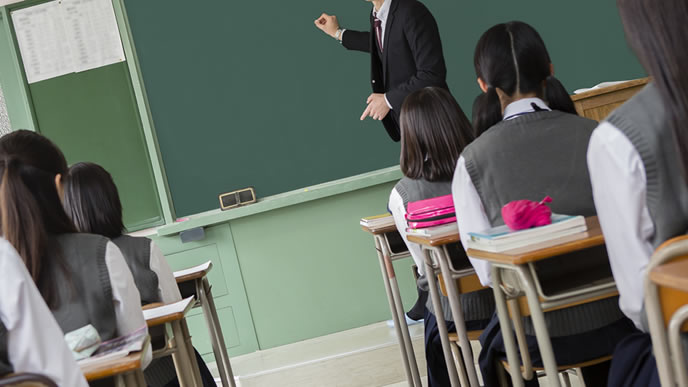真面目に勉強する女性中学校の授業風景