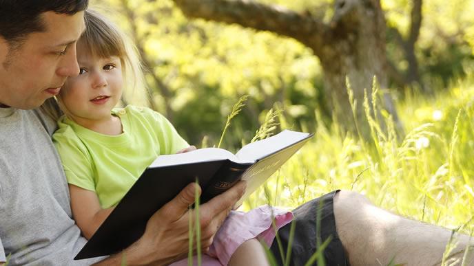 忙しい時間を子供の教育に充てるイクメンパパ