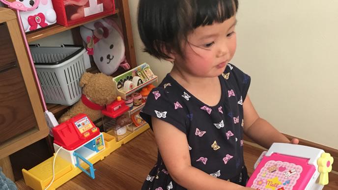 おもちゃで一人遊び中の女の子