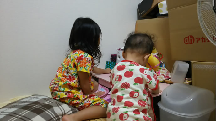 寝る前に一緒に勉強する姉妹