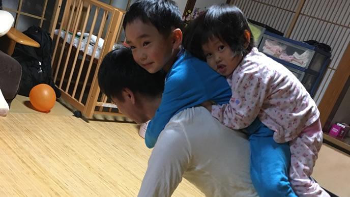 パパが大好きで親子亀になる子供達