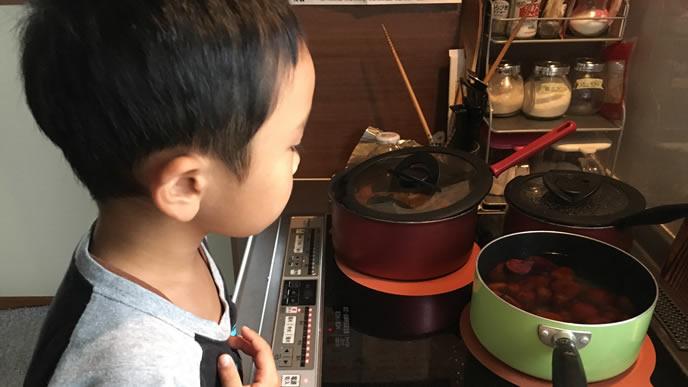 腹が減り台所を除く反抗期の男の子