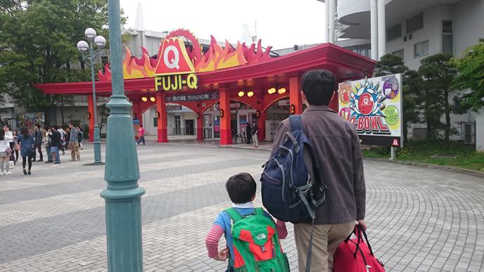 反抗期でもパパと遊園地に行く男の子