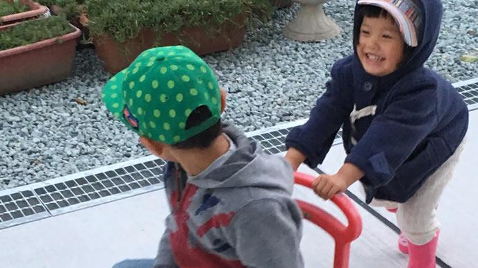 兄にお願いされ車のおもちゃを押す妹