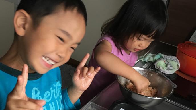 料理中に子供の記念写真を撮るママ