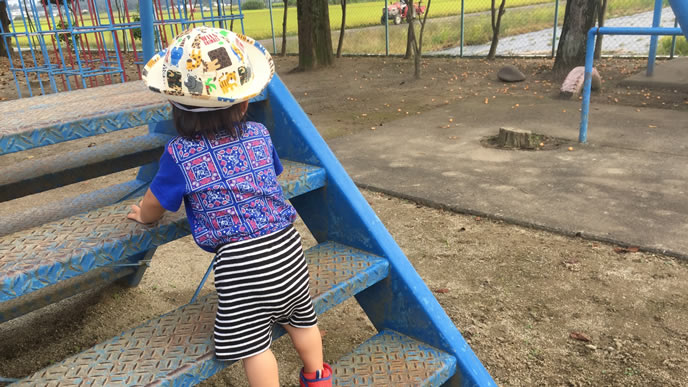 地元の公園の遊具で遊ぶ男の子