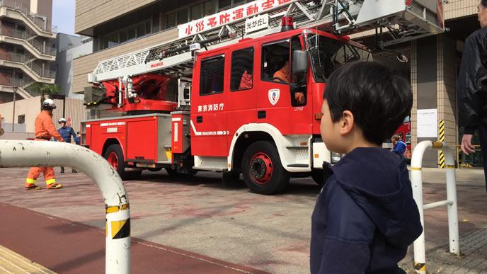 消防車が大好きでママと見学に来た男の子