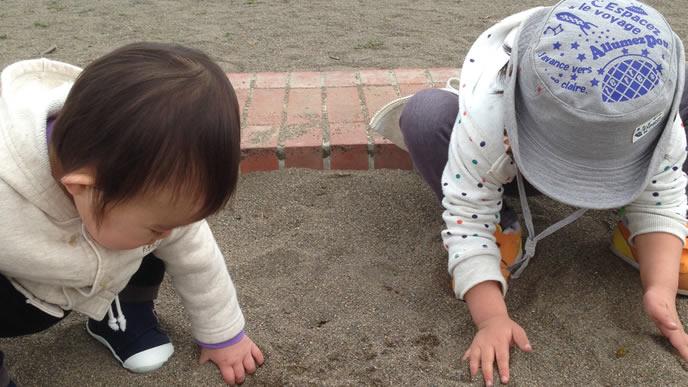 時間を忘れて砂遊びに夢中になる兄弟