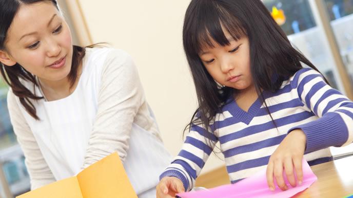 一時預かりの施設で保育士さんと遊ぶ女の子