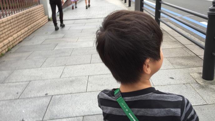 子供のストレスを解消するために出かける家族