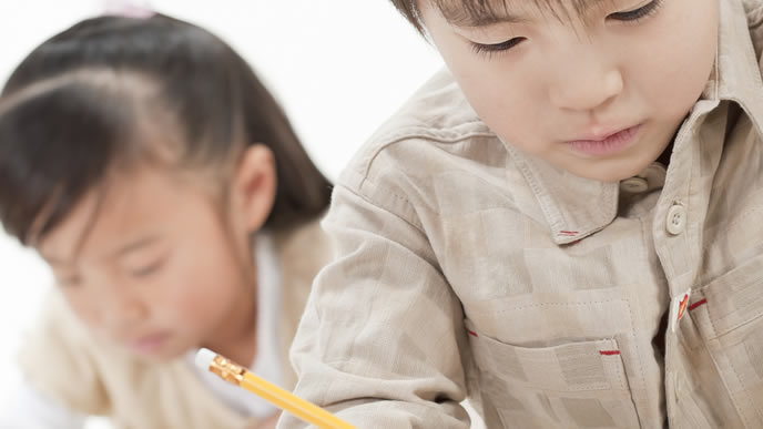 親の指示で塾に通う小学生