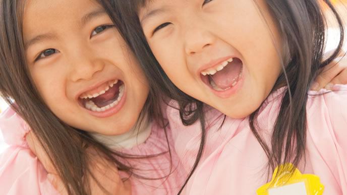 保育園の友達と楽しそうに遊ぶ女の子