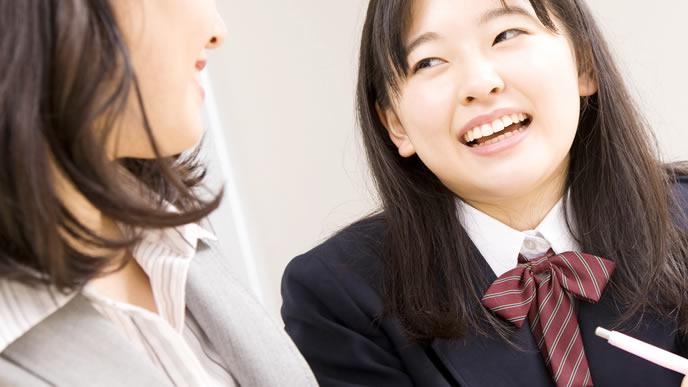 中学校の先生と仲良く会話する生徒