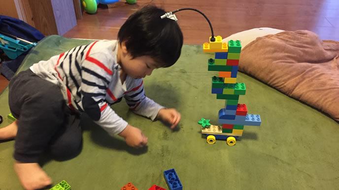 リラックスしながら自宅でブロック遊びをする男の子