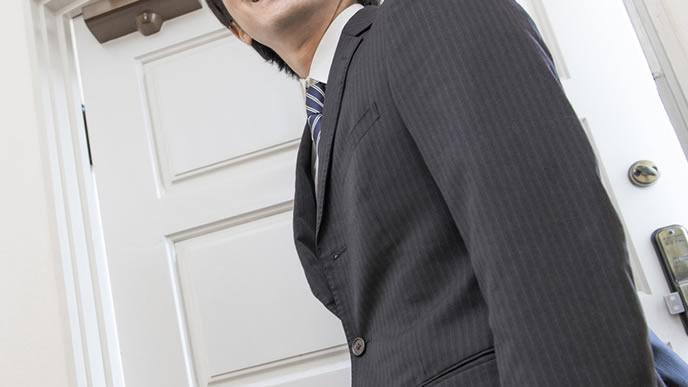 スーツで家庭訪問をする担任の先生