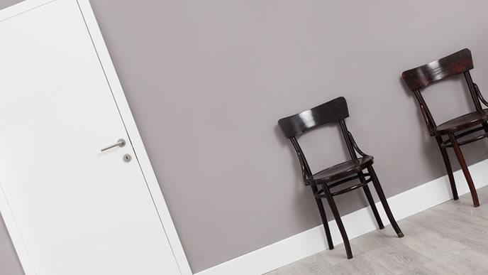 玄関先の家庭訪問のために用意された椅子
