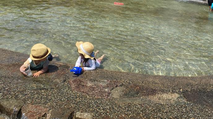 公園の水場でまったりする子供達
