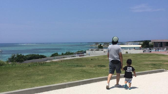 パパと一緒に旅行を楽しむ反抗期の男の子