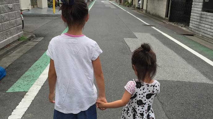 妹を散歩に連れ出す面倒見の良い姉