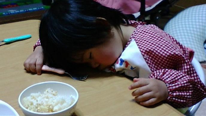 食事中に寝落ちした女の子