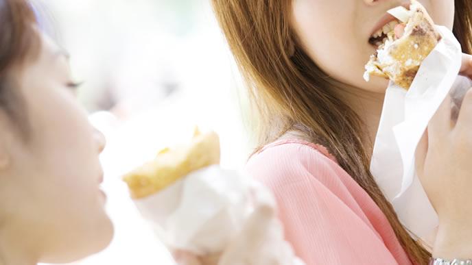 苦手なママ友とランチを食べる女性