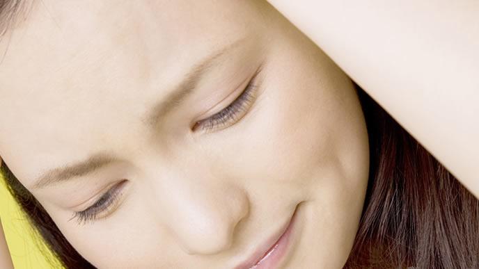 子育ての疲れが残り苦労する女性