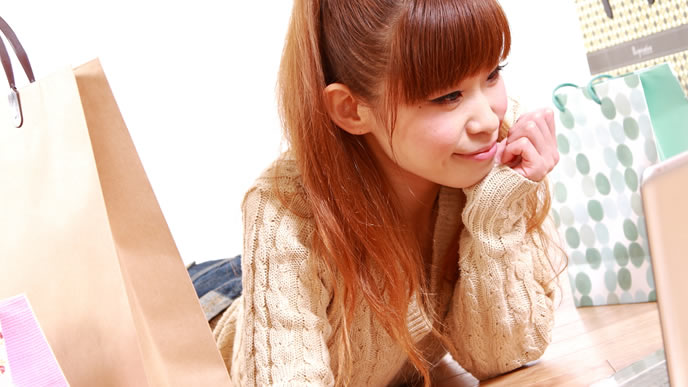 子育てのストレス発散でネットショッピングを楽しむ女性