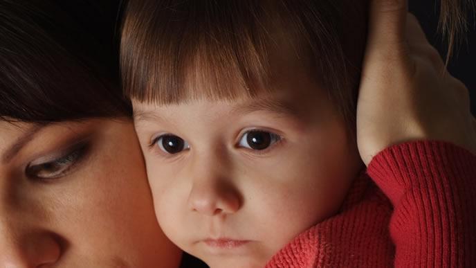 育児疲れて笑顔で子供に接することができないママ