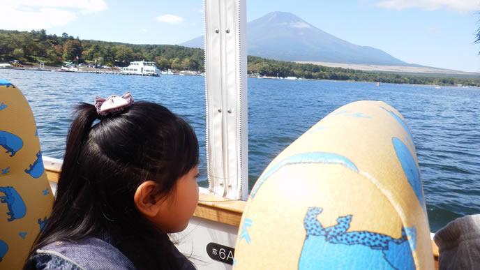 おでかけ先の湖で家族旅行を楽しむ家族