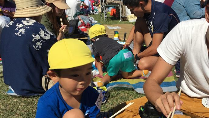 幼稚園の運動会に参加するパパ