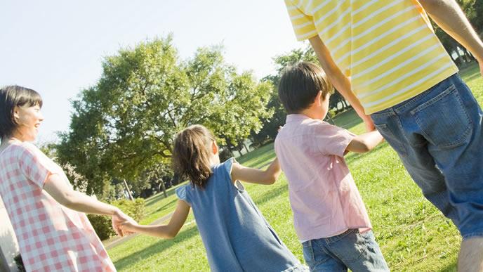 休日に仲良く公園に出かける親子