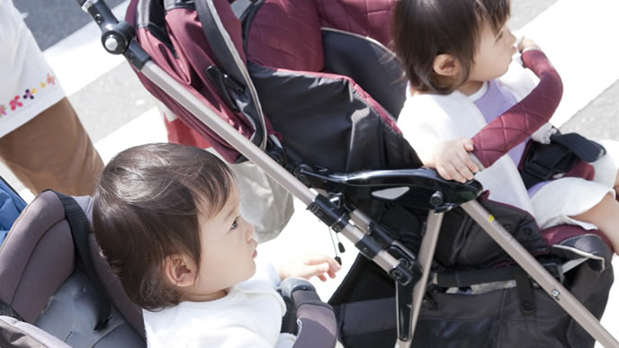 ベビーカーで横断歩道を渡る赤ちゃん