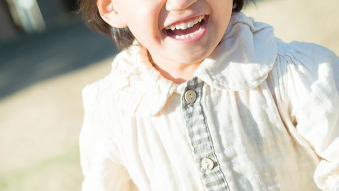 笑顔でママのところまで走る女の子