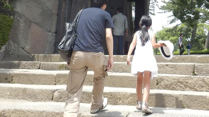 パパと一緒に旅行する女の子