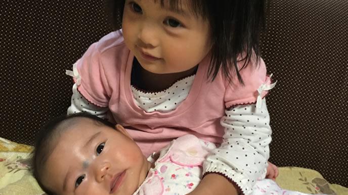 ママの替わりに赤ちゃんの面倒を見る女の子