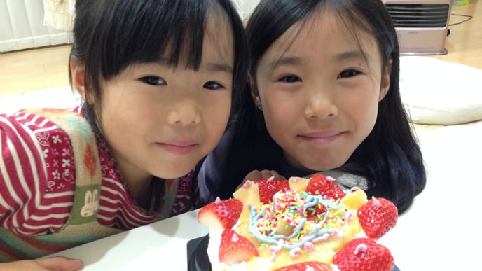 目の前のケーキに大喜びの姉妹