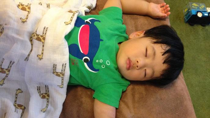 遊び疲れて熟睡中の男の子