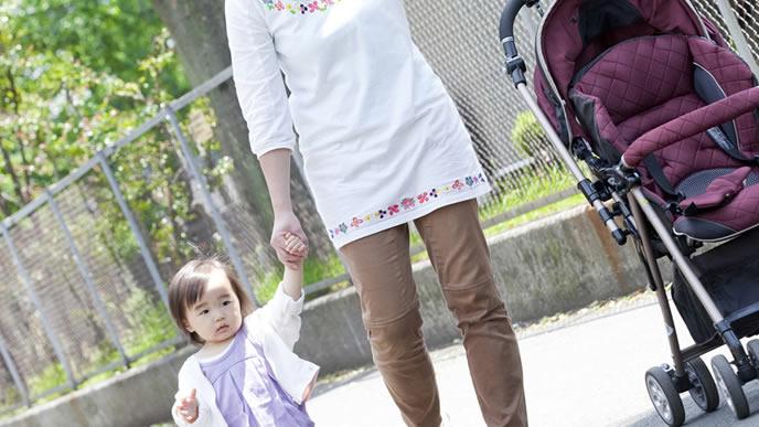 赤ちゃんを散歩に連れていく真面目なママ