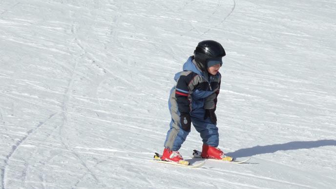 一人でスキーに挑戦する小学生