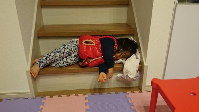 寝る場所にも興味がない子供