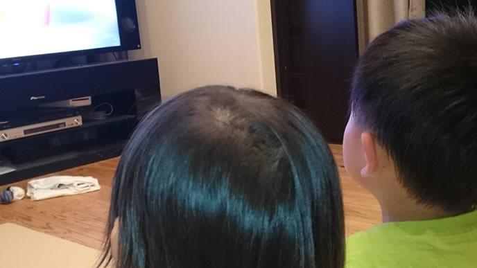 両親の帰りが遅くてテレビを見る子供
