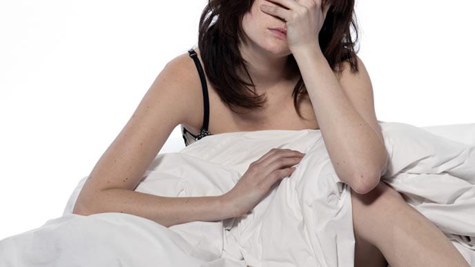 不安で夜も眠れない女性