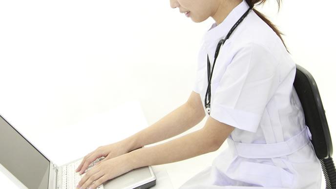 育児ノイローゼの治療を行う看護師