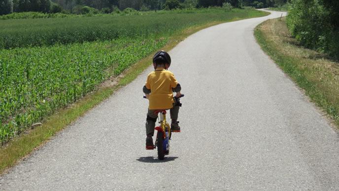 自転車に乗る健康的な男の子