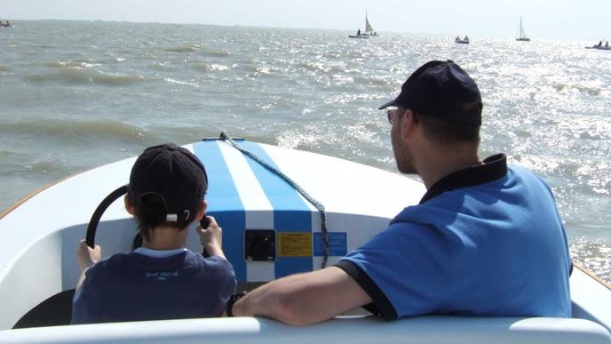 息子にヨットの楽しさを教えるパパ